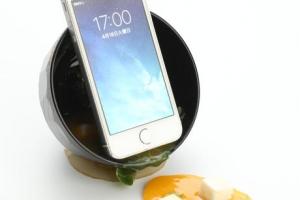 """Giá đỡ điện thoại hình bát súp miso """"siêu thực"""""""